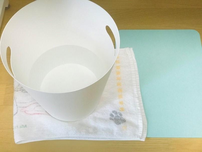 テーブル, 座る, 屋内, カップ が含まれている画像  自動的に生成された説明