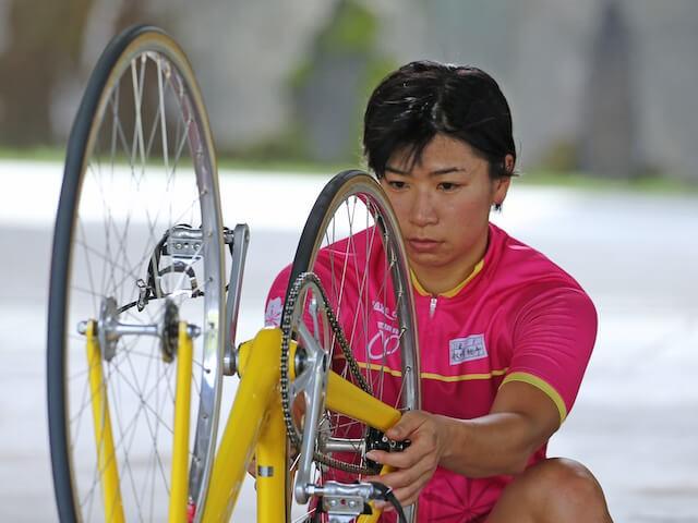 人, 自転車, 屋外, 持つ が含まれている画像  自動的に生成された説明